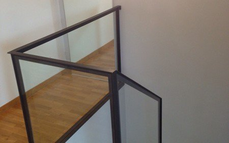 Scala in ferro con gradini in legno di bambù